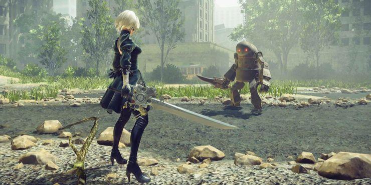 NieR Automata - главный герой сталкивается с роботом с ножом